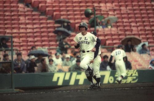 95年3月、銚子商戦の3回裏、PL学園・福留は本塁打を打ち、ベースを回る