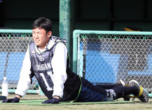右肘の軽い炎症のためノースロー調整となり、別メニューでストレッチをする奥川(撮影・狩俣裕三)