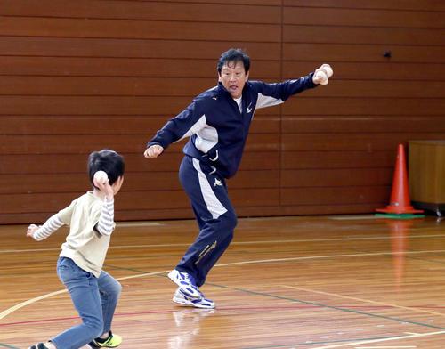 栗山町の小学校で子どもたとボールのぶつけ合いをしながら投げ方を指導する日本ハム栗山監督(撮影・黒川智章)
