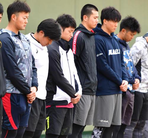 阪神・淡路大震災から25年、鳴尾浜で黙とうをささげる近本光司(左から3人目)阪神の選手たち(撮影・清水貴仁)