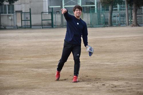 キャッチボールを行い、笑顔をみせる広島野村(撮影・古財稜明)