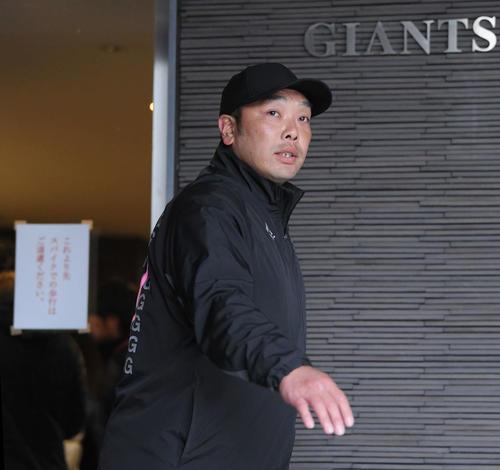 コーチ会議を終え、クラブハウスを出る巨人阿部2軍監督(撮影・加藤諒)