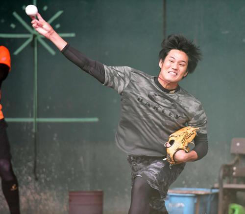 ブルペンで力を込め投球練習を行う阪神藤浪(撮影・清水貴仁)