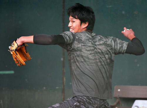 ブルペンで投球練習を行う阪神藤浪(撮影・清水貴仁)