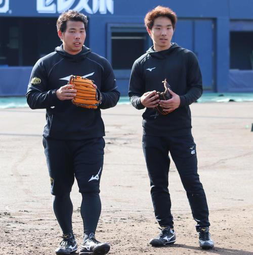 球場で守備練習をする日本ハム樋口(左)と上野(撮影・山崎純一)