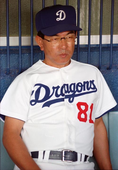 ベンチから試合前練習を見つめる高木守道監督(1993年撮影)