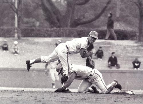 ドラフトで中日に入団。岐阜商1年の時、当時立教大4年生だった長嶋茂雄にコーチを受け、遊撃手から二塁手に転向