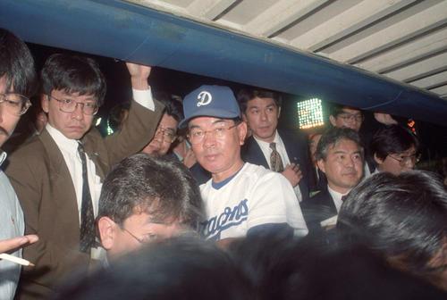 94年10月8日、巨人に敗れ優勝を逃し報道陣に囲まれる中日高木監督