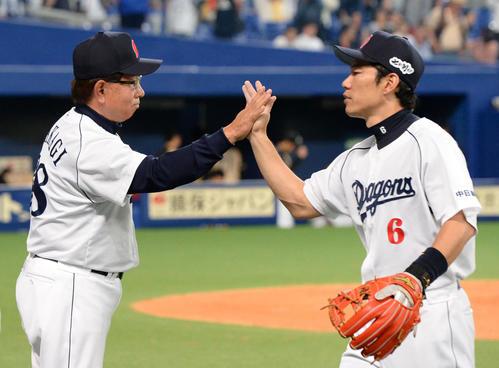 日本ハムに連勝、井端とタッチする高木監督(左)(2013年撮影)