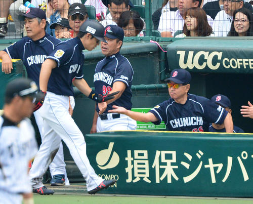 8回表中日1死二、三塁、平田の一ゴロで生還した井端(左)を出迎える高木監督(2012年撮影)
