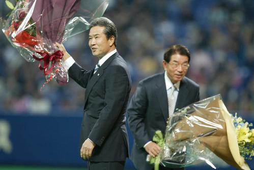 野球殿堂入りの表彰を受けた山田久志氏(左)と高木守道氏はスタンドにあいさつ(2006年撮影)