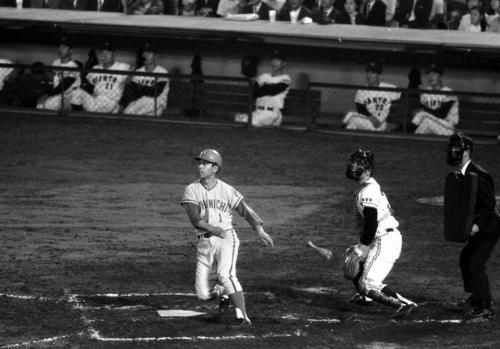 巨人ベンチが見つめる中、満塁本塁打を放つ高木守道(1969年撮影)