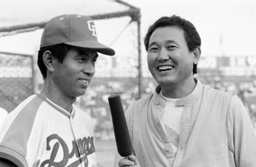同年限りで引退する中日高木守道(左)をインタビューする板東英二(1980年撮影)
