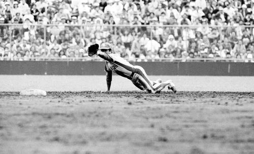 右中間への打球を好捕し二塁に入った遊撃手にバックハンドトスする中日高木(1979年撮影)