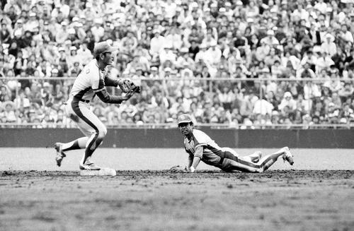 右中間への打球を好捕し二塁に入った遊撃手宇野勝(左)にバックハンドトスで送球する中日高木守道(1979年撮影)
