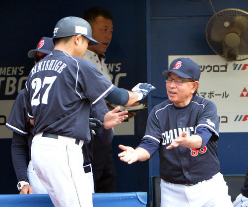 本塁打を放った谷繁氏はベンチ前で高木監督から出迎えを受ける(2013年6月29日)