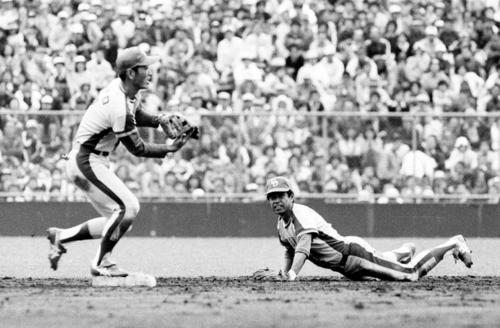 79年7月、巨人戦で右中間への打球を好捕し二塁に入った遊撃手宇野勝(左)にバックハンドトスで送球する中日高木守道氏