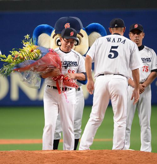 2013年10月5日、シーズン終了のあいさつで和田一浩氏から花束を受け取り笑顔を見せる高木守道さん