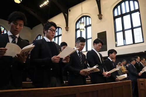 新年礼拝で聖歌を歌う立大野球部員たち(撮影・湯本勝大)