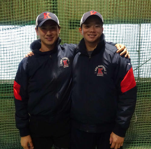慶大 練習始めで、今年の活躍を誓う(写真左から)佐藤と木沢(撮影・保坂淑子)