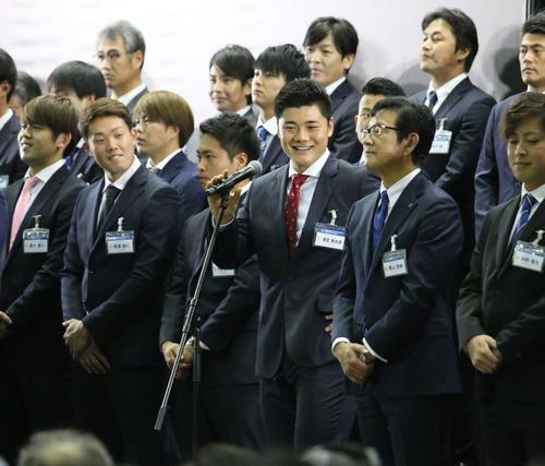 ファンからの質問に笑顔で答える日本ハム清宮(撮影・田中彩友美)