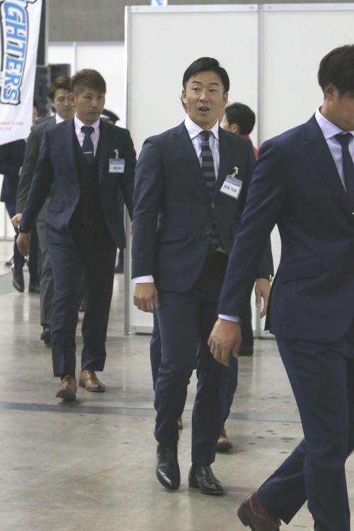 ニッポンハムグループの商品展示会で知人に気付く日本ハム斎藤(撮影・田中彩友美)