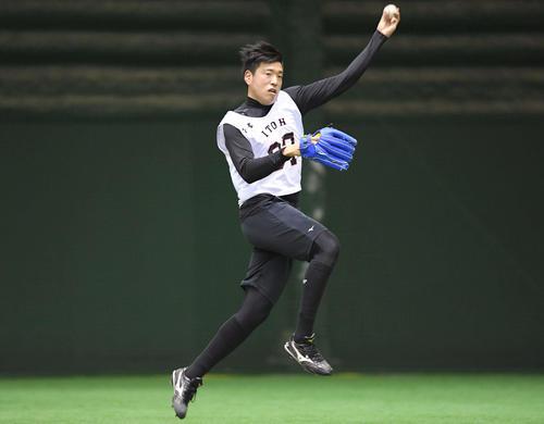 自主トレでノックを受け、軽快に送球する巨人ドラフト6位伊藤(撮影・加藤諒)
