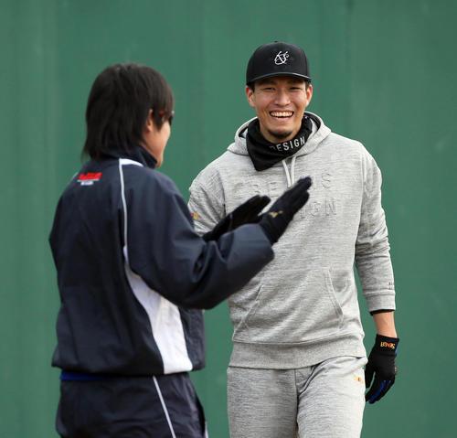 ソフトバンク情報 トレーニングで笑顔を見せる千賀。左は上野(撮影・栗木一考)