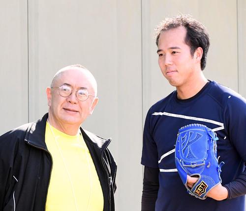 自主トレを行う青柳(右)はタレントの松村邦洋と記念撮影(撮影・前岡正明)