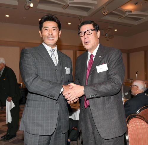 法政大学野球部の新年会に出席した侍ジャパンの稲葉篤紀監督(左)は、今月14日に野球殿堂入りした田淵幸一氏とがっちり握手を交わす(撮影・たえ見朱実)