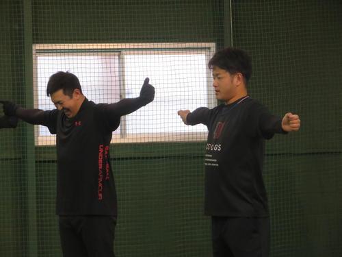 室内で他の亜大OBとともにトレーニングを行う阪神高橋遥人(右)。左はDeNA山崎(撮影・磯綾乃)