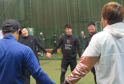 亜大OBのプロ野球選手13人は輪になってトレーニング。ソフトバンク松田宣(右手前)の厳しいメニューに、苦笑いする阪神高橋遥人(真ん中奥)とDeNA山崎(左奥)(撮影・磯綾乃)