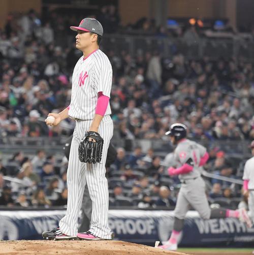 17年5月、ヤンキース対アストロズ ダブルヘッダー第2試合 2回表アストロズ無死、ヤンキース田中はスプリンガー(左)に2打席連続となる本塁打を打たれがっくり肩を落とす
