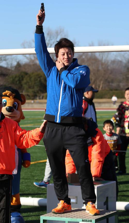 第45回鎌ケ谷新春マラソン大会にゲスト参加し、スターターを務める日本ハム吉田輝星(撮影・山崎純一)