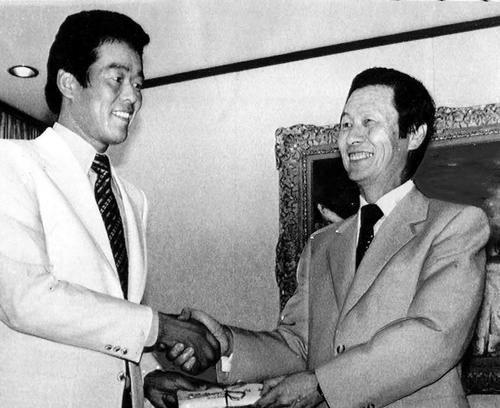 81年9月、ロッテ村田(左)に金一封を贈るオーナーの重光武雄さん