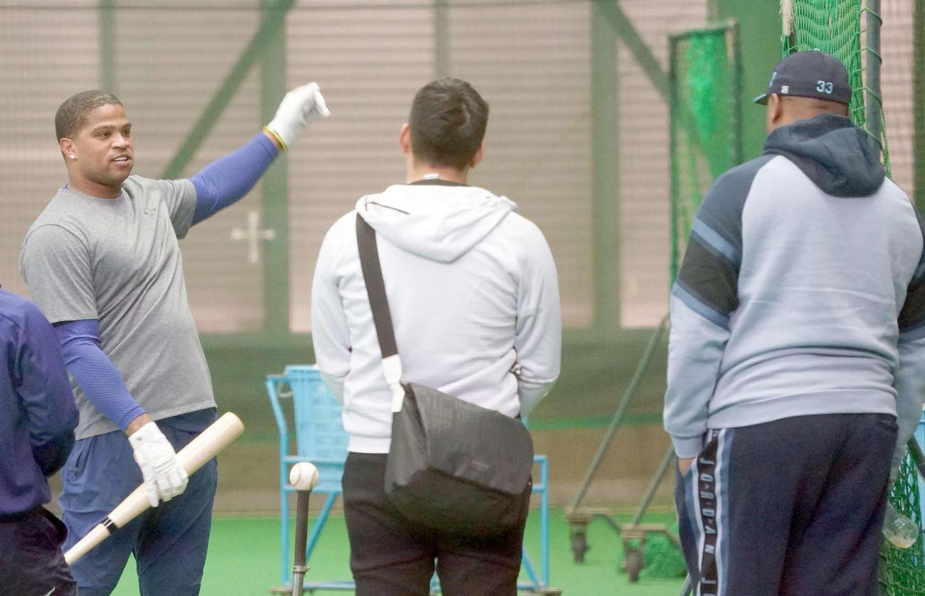 視察に訪れた中日パウエル巡回打撃コーチ(右)と話をするビシエド(左)(撮影・森本幸一)