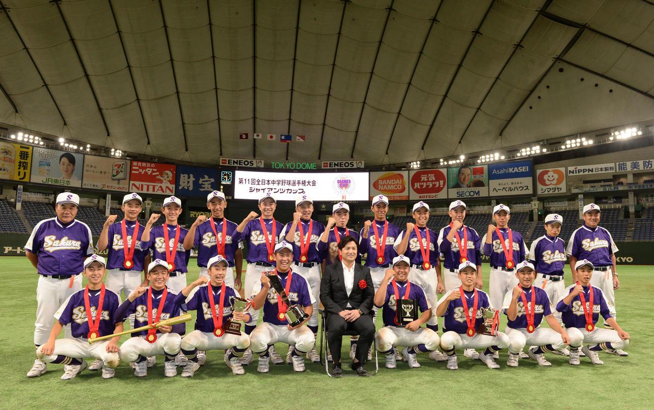 2017年8月、全日本中学野球選手権大会ジャイアンツカップで優勝した佐倉リトルシニアの選手たちと一緒に笑顔で写真に納まる巨人高橋監督