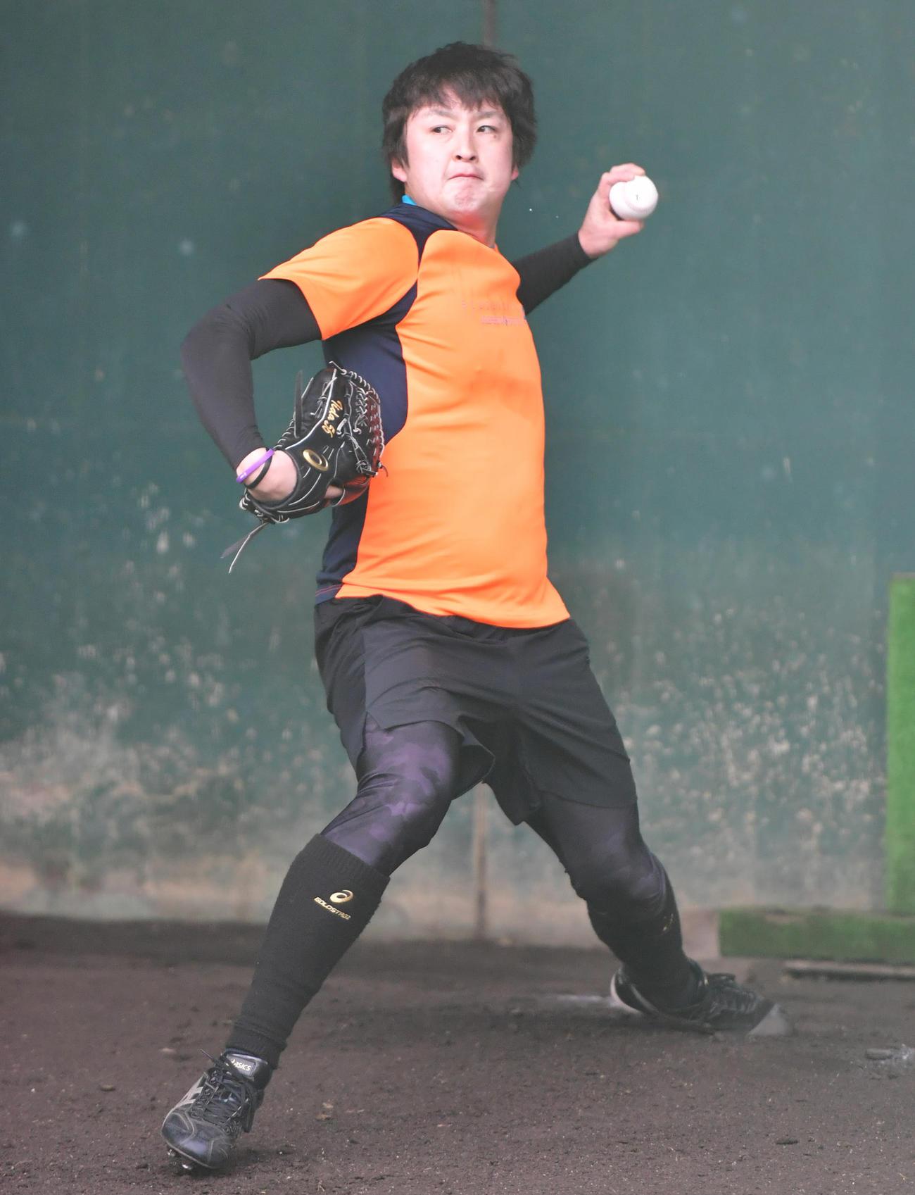 ブルペンで投球する飯田(撮影・清水貴仁)