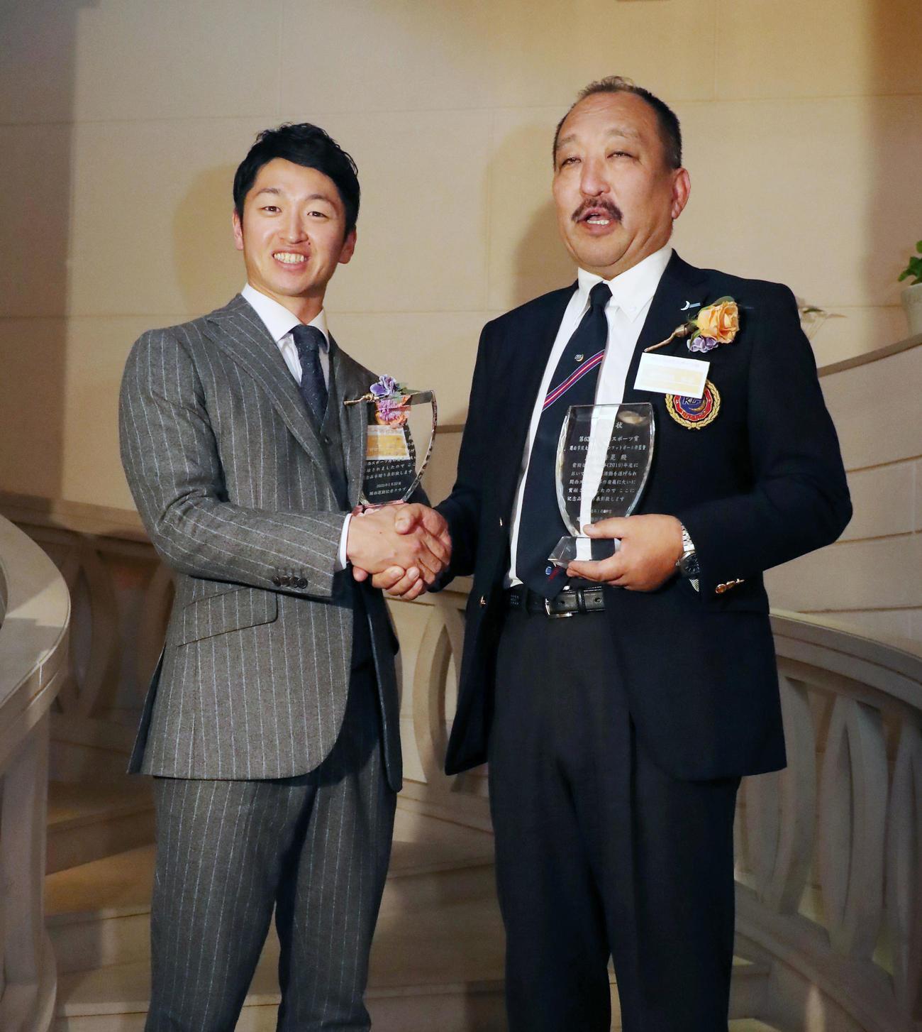 近本(左)と笑顔で握手する関学大の鳥内監督(撮影・加藤哉)