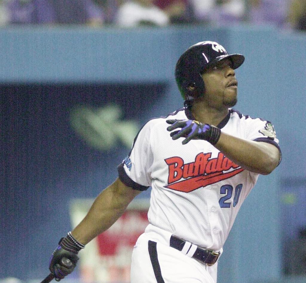 右越えに55号本塁打を放つ近鉄タフィ・ローズ(2001年9月24日)