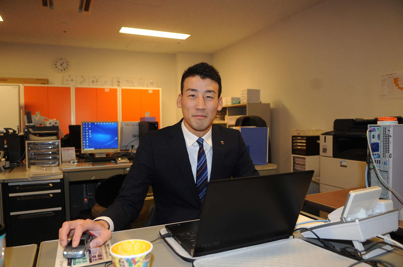 球団事務所でパソコンに向かう中西氏