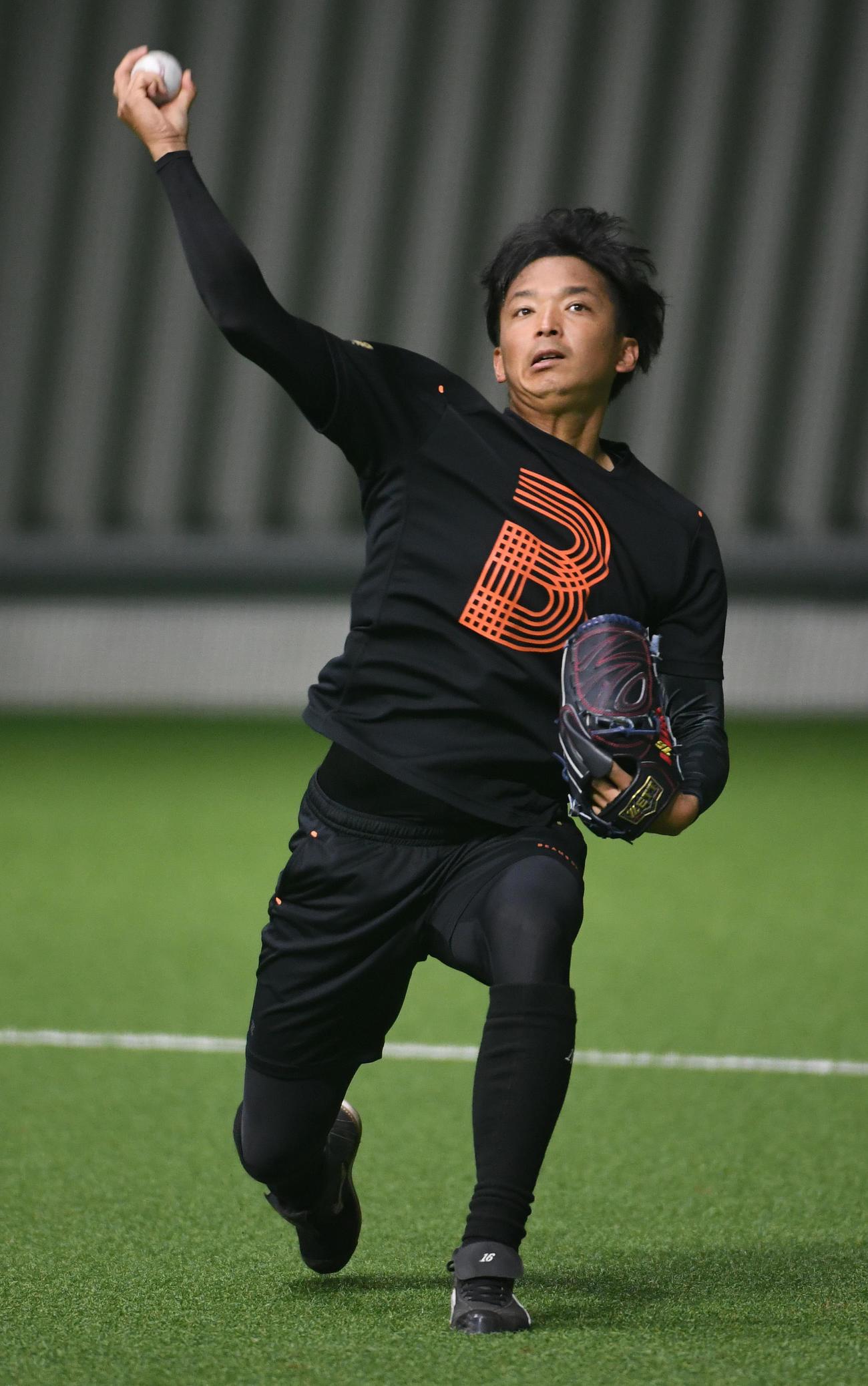 投球練習でナックルカーブを投げる東浜(撮影・今浪浩三)
