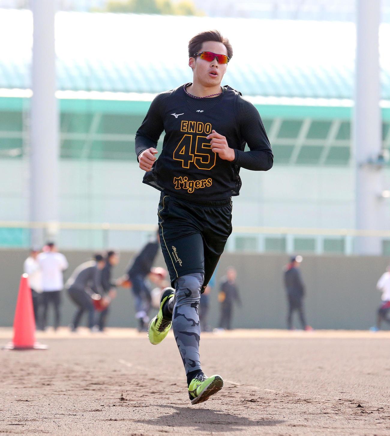 3000メートル走で快走する遠藤(撮影・上山淳一)