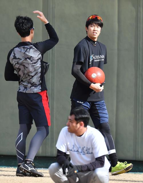 メディシンボールを手に小幡竜平(左)と話す才木浩人(撮影・上田博志)