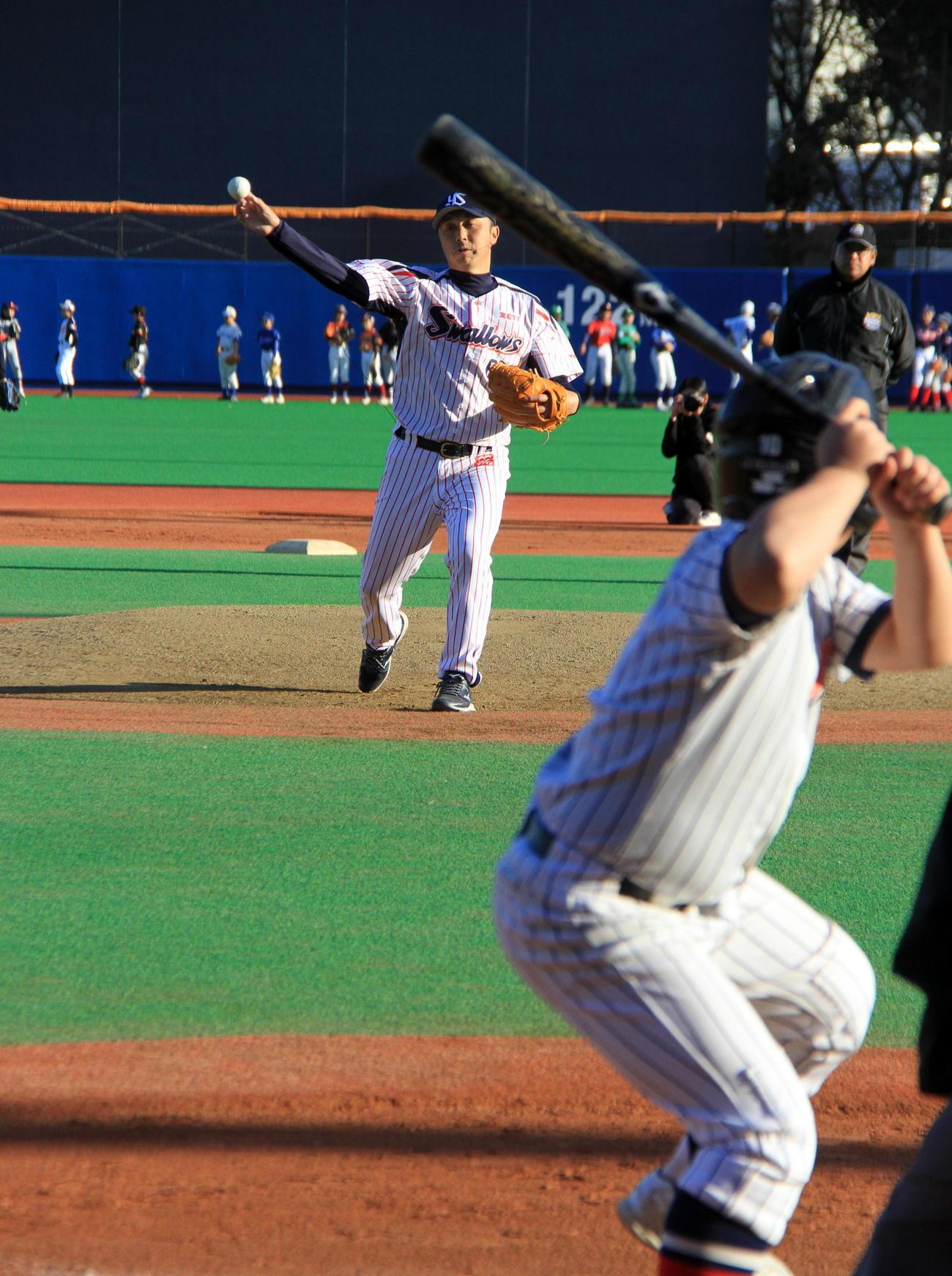 選手全員の打撃投手を務めた宮本氏。バントは禁止で選手はフルスイング