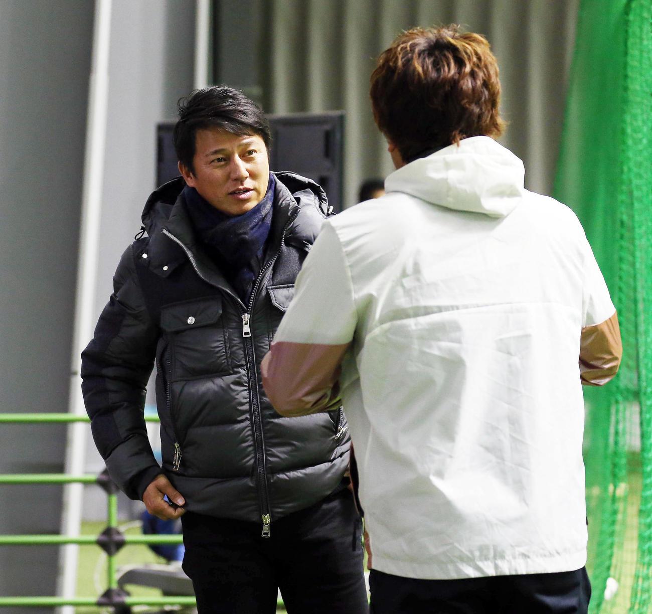 平石コーチ(左)にあいさつする松田宣(撮影・栗木一考)