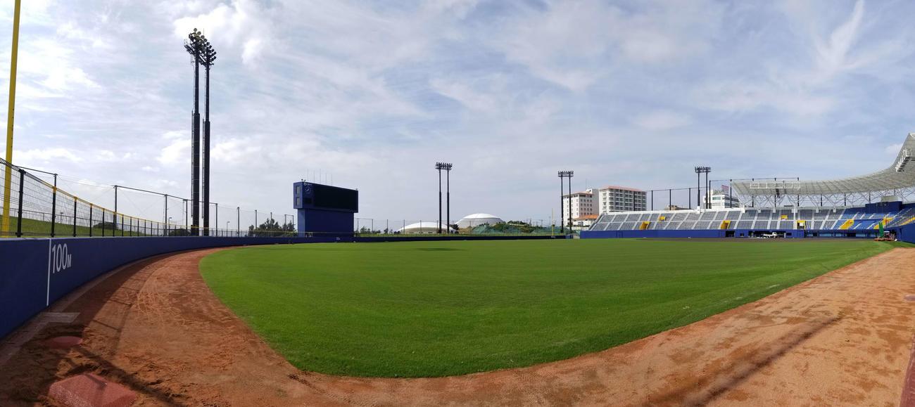 2月1日のキャンプインに向けて急ピッチで準備が進められている沖縄・名護市営球場「タピックスタジアム名護」(撮影・井上学)