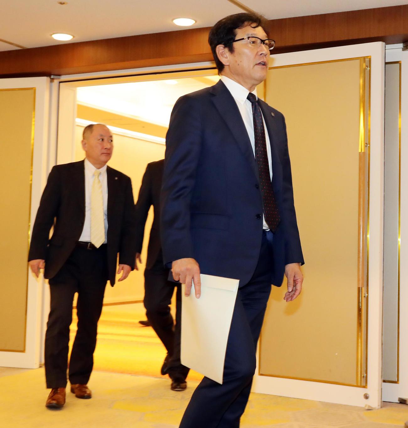 NPB12球団監督会議を終え、会場を出る日本ハム栗山監督(撮影・浅見桂子)