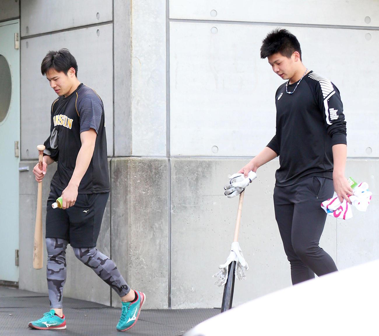 休日を返上し室内での打撃練習を終え引き揚げる遠藤(左)と井上(撮影・上山淳一)