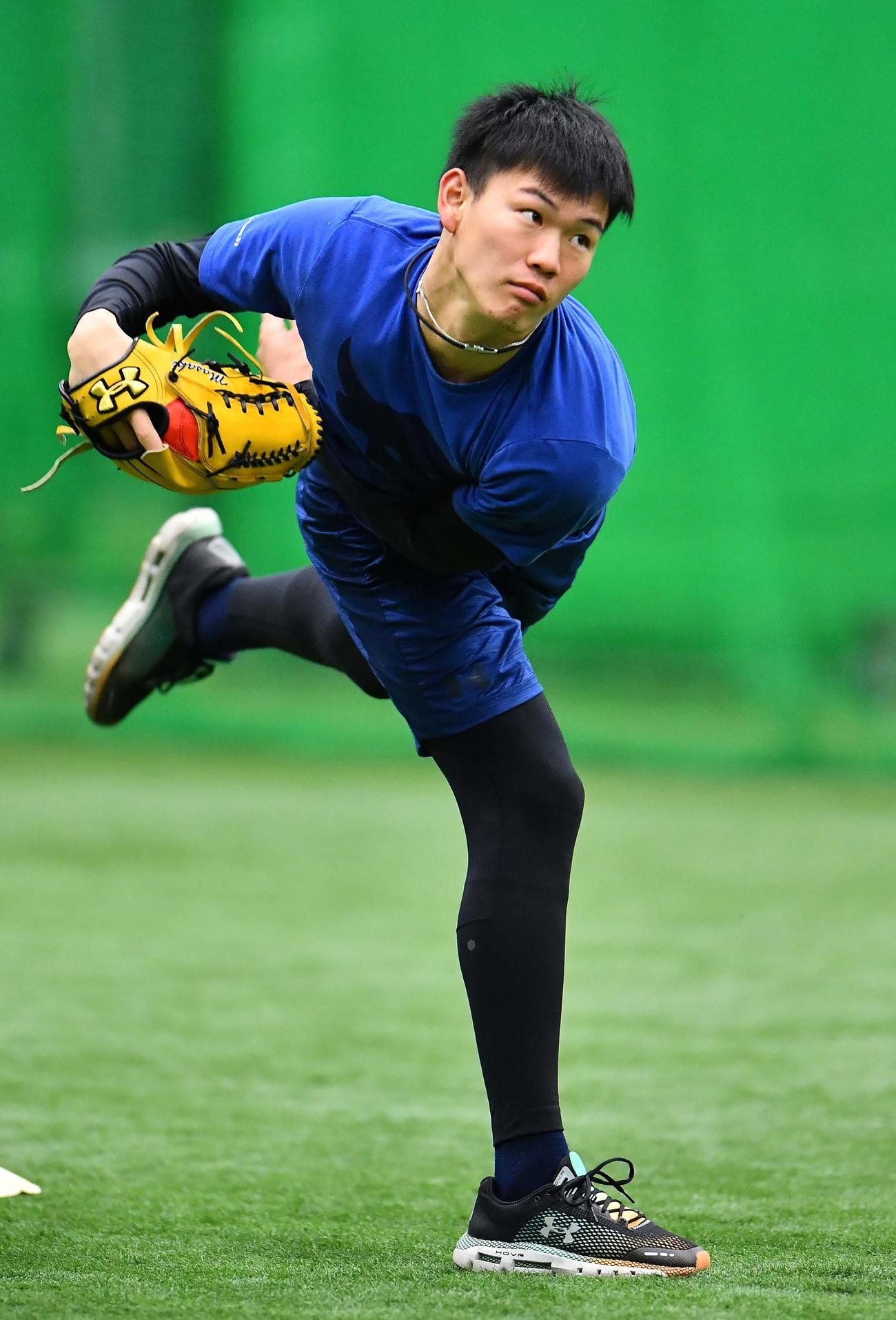 室内練習場でキャッチボールをして汗を流す及川(撮影・上田博志)